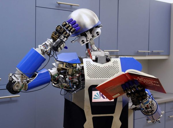 робот читает
