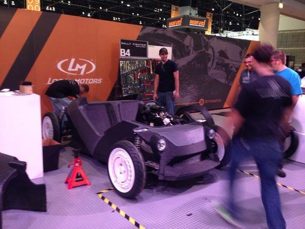 Сборка автомобиля проходит на выставке Manufacturing Technology Show в Чикаго
