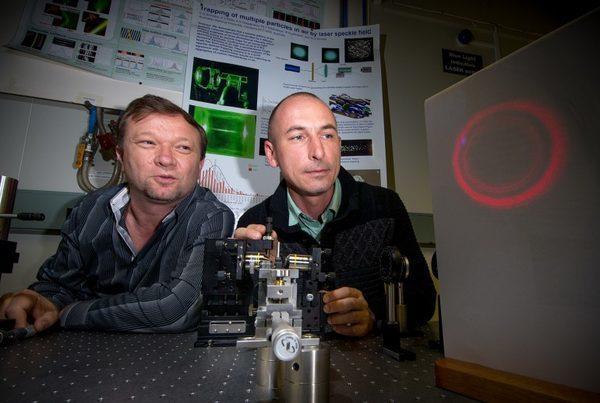 Д-р Владлен Шведов (слева) и доктор Кирилл Hnatovsky (справа) с увеличенной проекцией «полой» лазерного луча