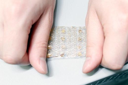 Кусок прототипа смарт кожи с встроенными датчиками растягивается на 20 процентов.
