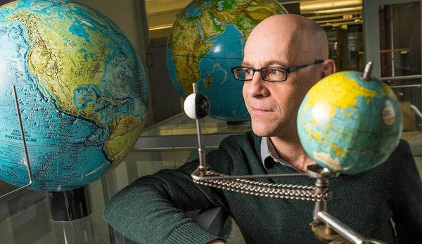Мэтью Дамберри из Университета Альберты - является одним из немногих людей в мире, изучающих изменения скорости вращения Земли.