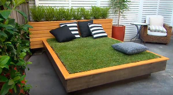 Кровать сделанная из деревянных брусков